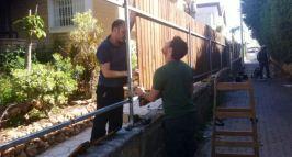 שיפוץ הגדר בבית של שרי